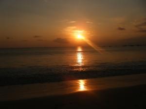 Coucher de soleil Lovina Bali 300x225 Les plages de Bali